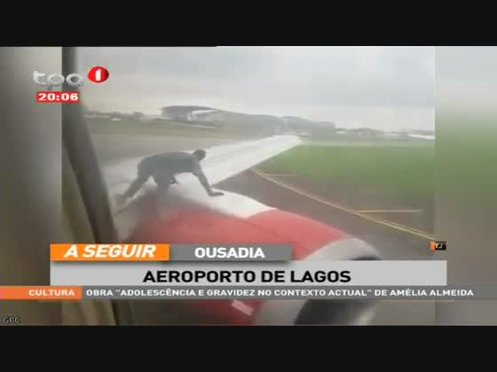 """Ousadia no aeroporto de Lagos """"Homem na asa do avião"""""""